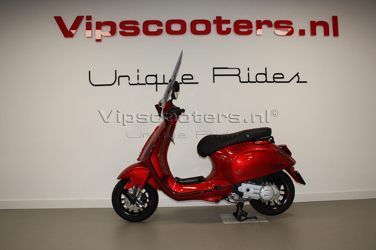 Vespa Sprint Apple Candy Red Glossy Black