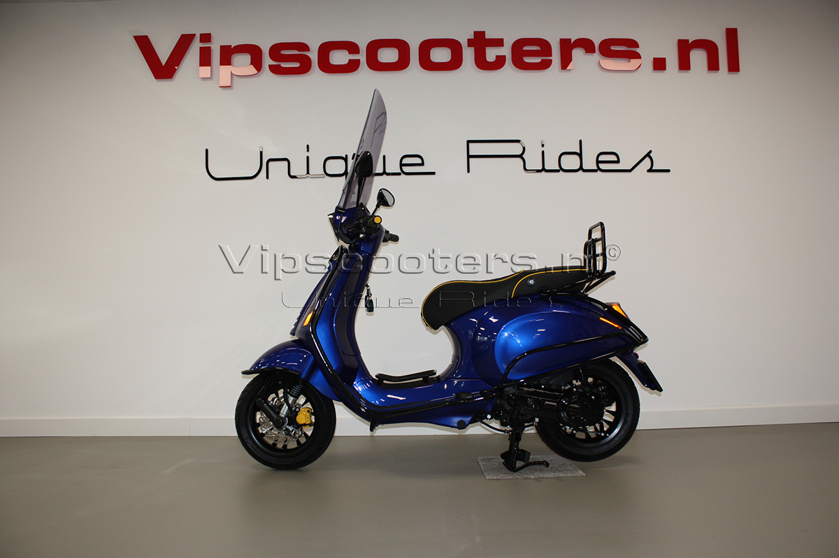 Vespa Sprint Electric Blue Ferrari Glossy Black Carbon Akrapovic